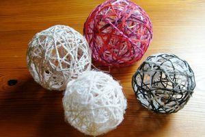 Activité manuelle boule de noel en laine